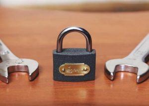 Romper candados con llaves inglesas